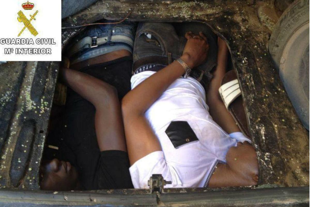 Inmigrantes en el doble fondo de un vehículo. (Foto: Ministerio del Interior)