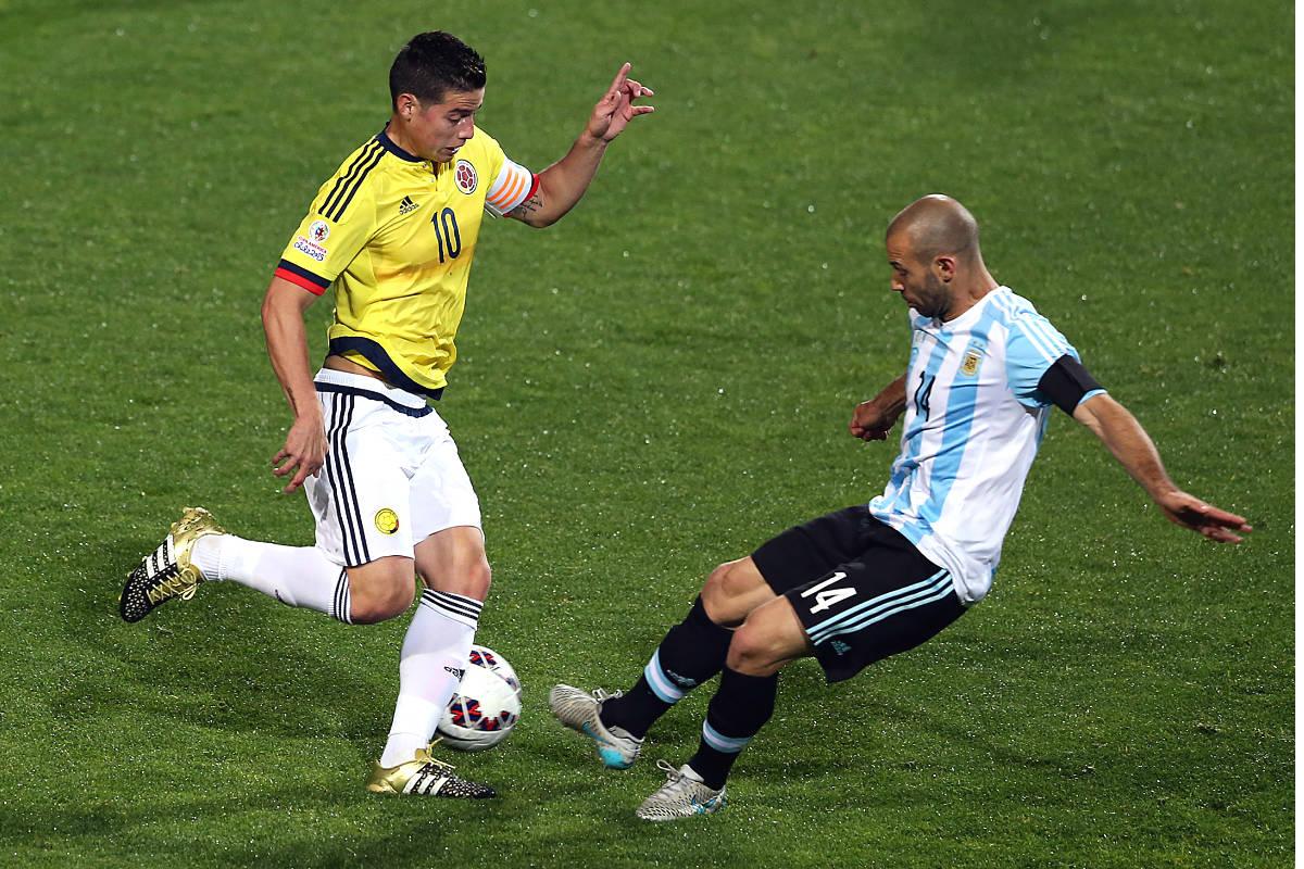El colombiano James encara al argentino Javier Mascherano en un partido de selecciones. (AFP)