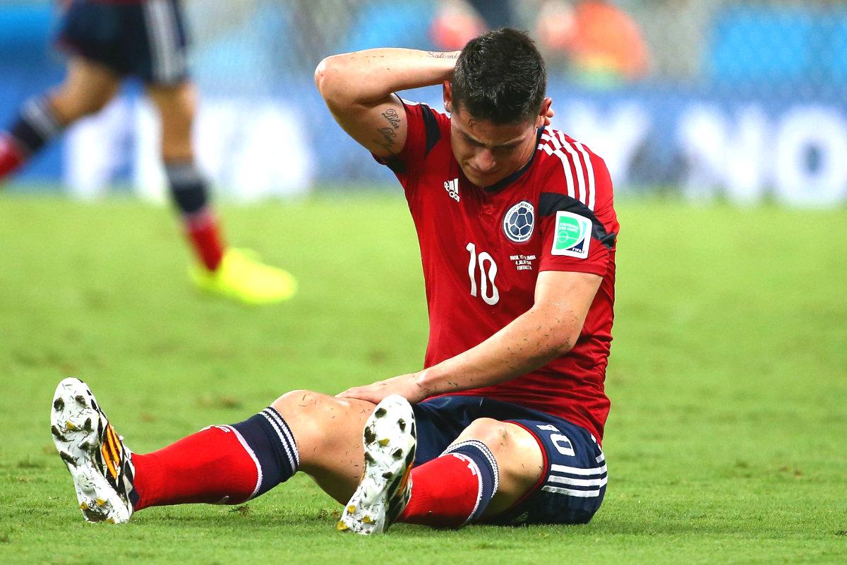 James tendido en el césped durante un partido con Colombia (Getty)