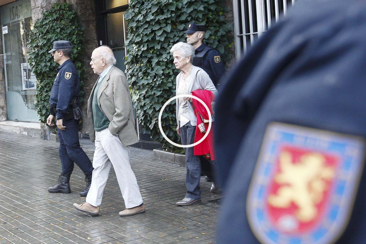 Jordi Pujol y Marta Ferrusola abandonan su domicilio. (Foto: EFE)