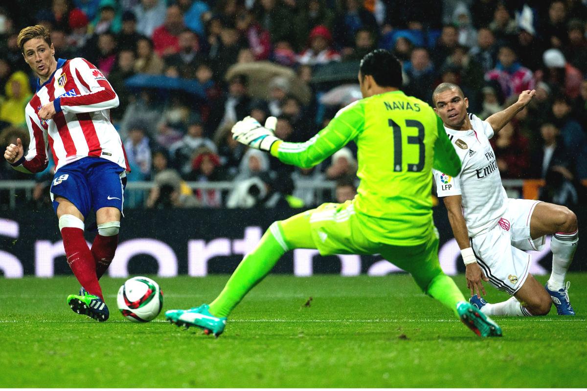 Fernando Torres bate a Keylor Navas en el derbi de Copa del año pasado en el Bernabéu. (Getty)