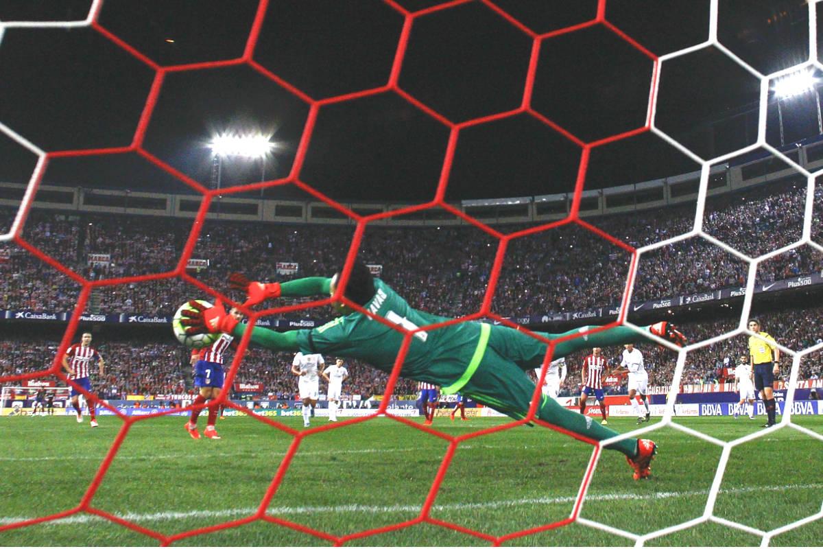 Keylor Navas realiza una parada espectacular a tiro de Jackson Martínez en el derbi del Calderón. (Getty)