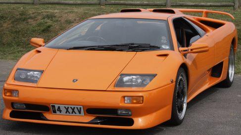 El Lamborghini Diablo 132 E salió al mercado por 212.000 euros. Acelera de 0 a 100 en 4,09 segundos y alcanza los 325km/h.