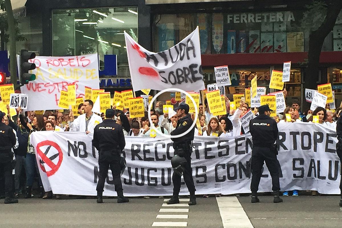 Manifestantes a las puertas de la sede del Partido Popular en la calle Génova (Foto: Okdiario)
