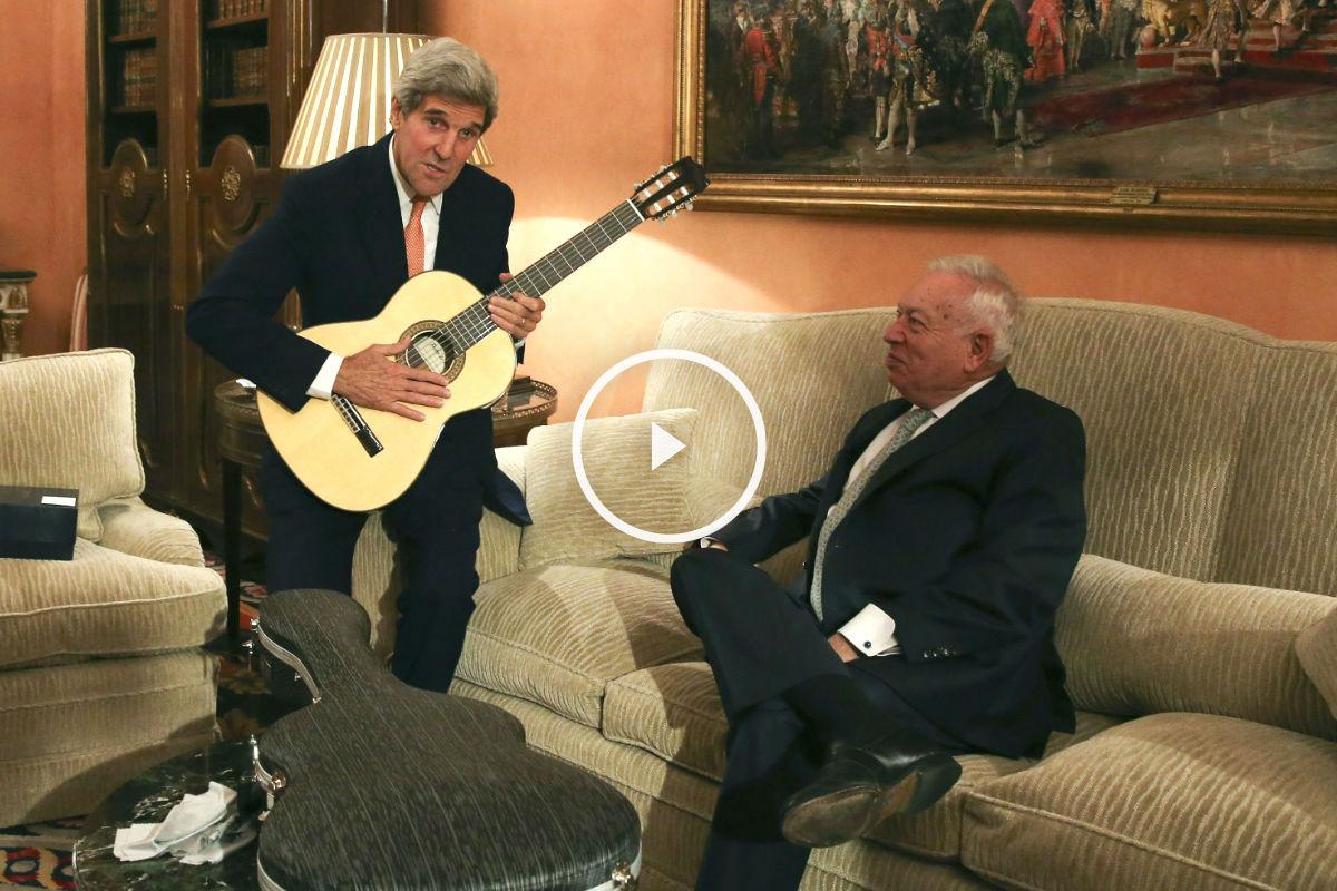 Margallo le regaló a Kerry una guitarra española en su reunión en el Palacio de Viana. (Foto: Efe)