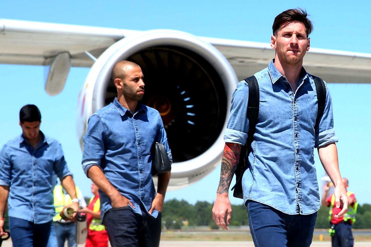 Messi y Mascherano, a la salida del avión del Barcelona. (Getty)