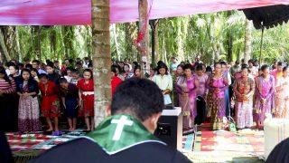 Fieles católicos durante una misa por el fallecimiento de una persona tras la quema de una iglesia en la región indonesia de Aceh. (Foto: Reuters)