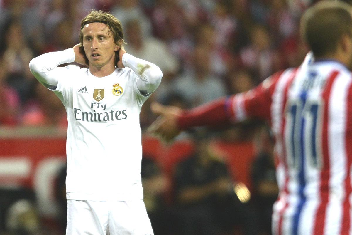 Modric se lamenta en el partido que disputó el Madrid en El Molinón. (Miguel Riopa/AFP)