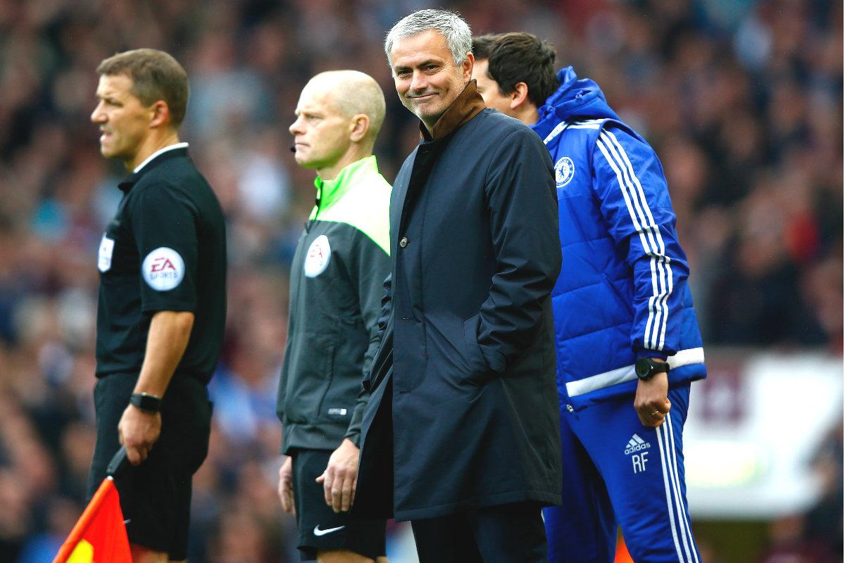 Mourinho, en el partido ante el  West Ham antes de ser expulsado en el vestuario. (Getty)