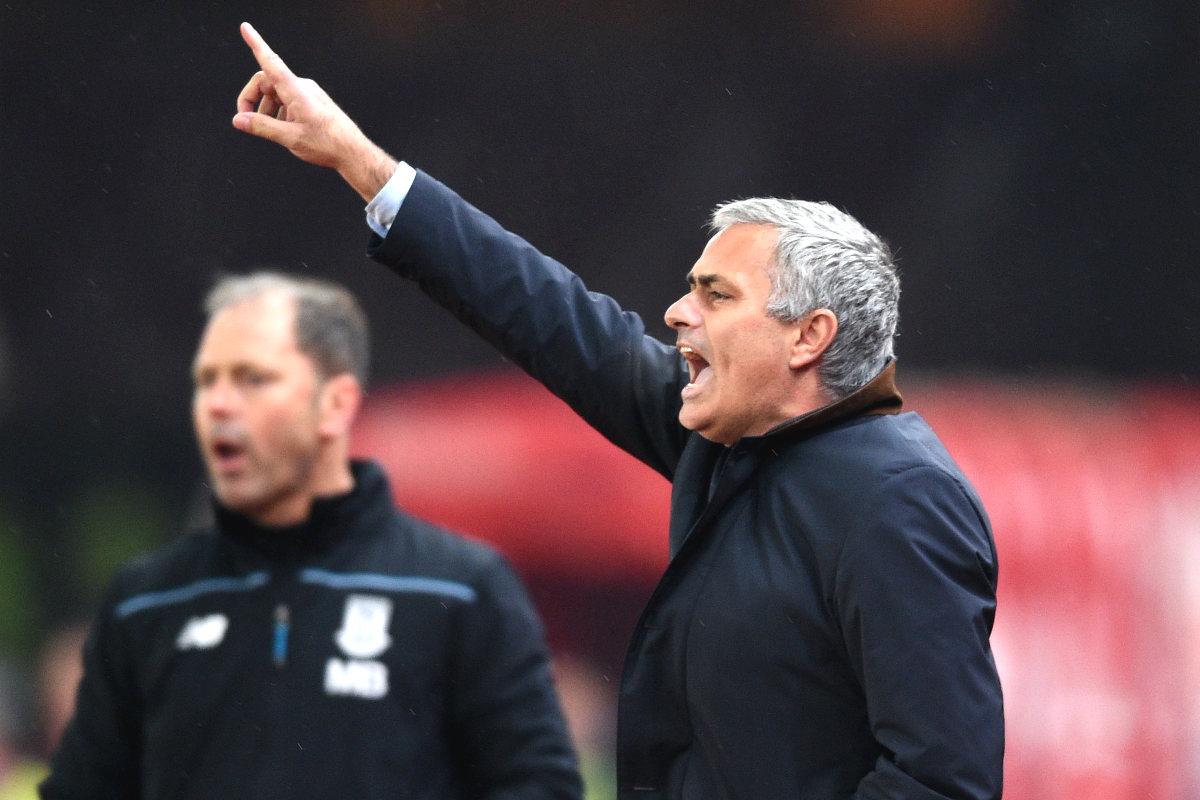 José Mourinho da instrucciones a sus jugadores en el partido de la Capital One ante el Stoke. (Getty)