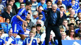 Mourinho da órdenes en un partido del Chelsea de esta temporada. (Getty)
