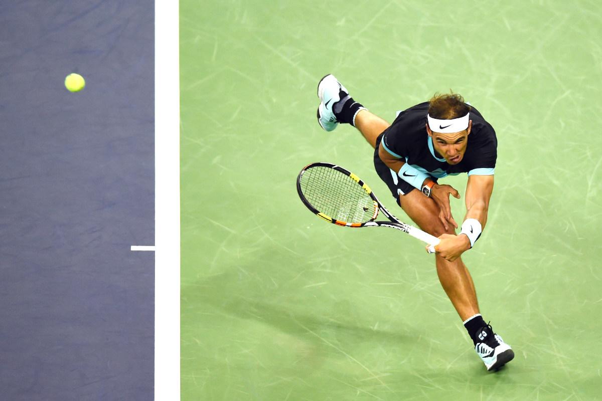 Rafa Nadal intenta restar un saque de Tsonga en la semifinal de Shanghái. (AFP)