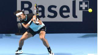 Rafa Nadal golpea de revés en el partido ante Lukas Rosol. (AFP)