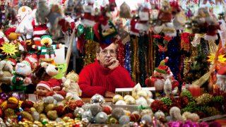 Puesto de artículos navideños en la Plaza Mayor de Madrid. (Foto: Getty)