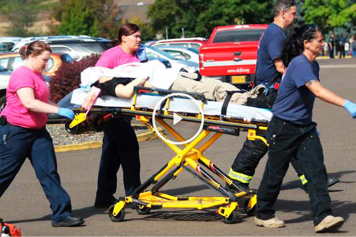 Los servicios de emergencias trasladan a uno de los heridos. (Foto: Reuters)