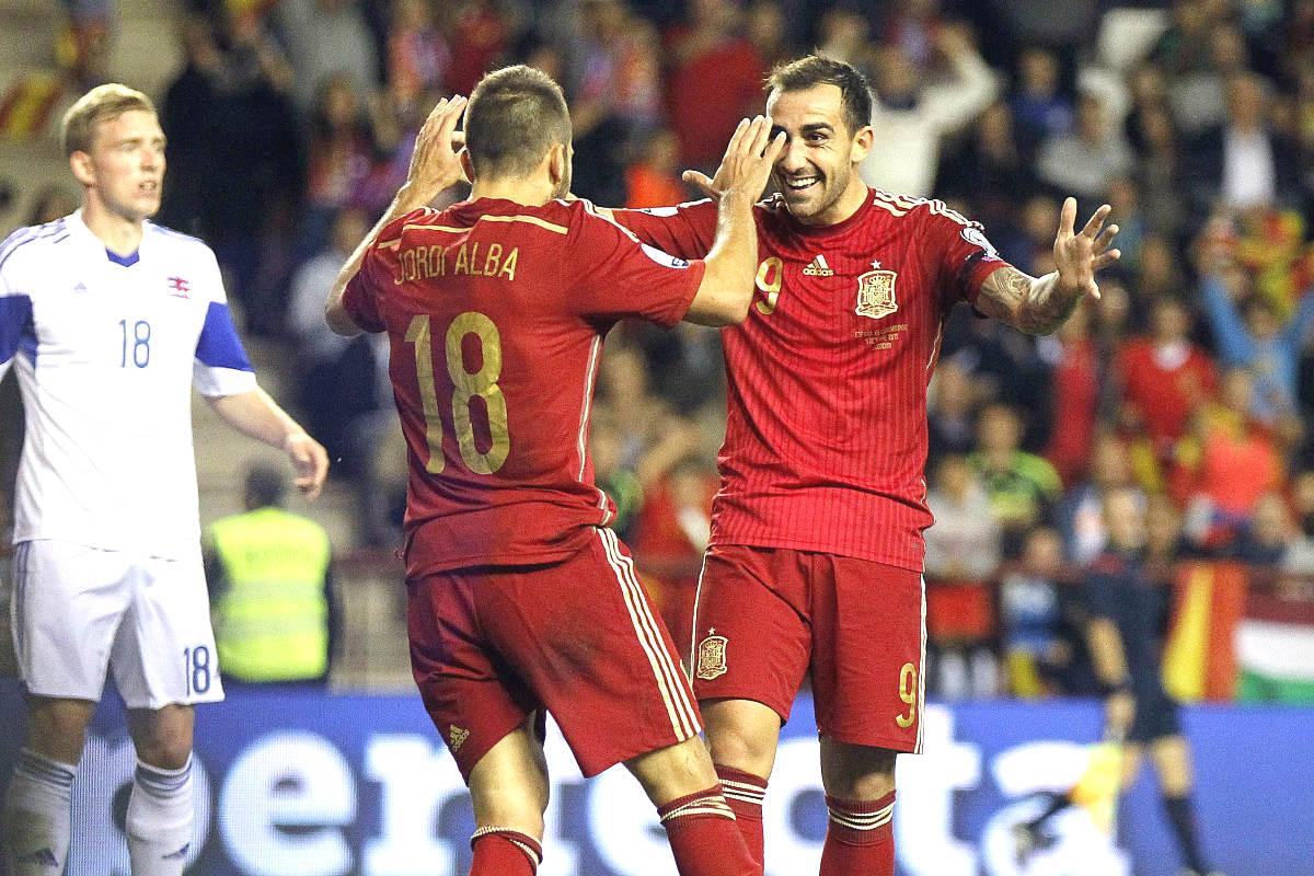 Paco Alcácer celebra con Jordi Alba su segundo gol ante Luxemburgo. (EFE)