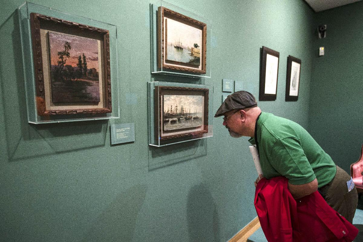 Un hombre observa los cuadros en la Casa Natal (Foto: Efe)