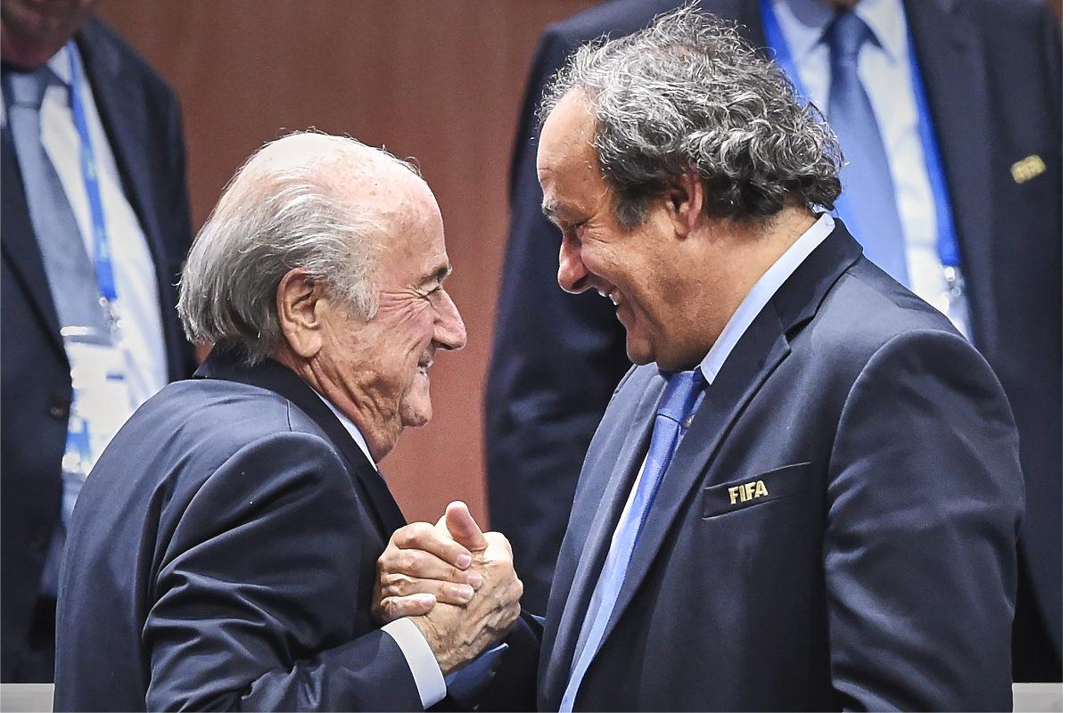 Joseph Blatter saluda a Michel Platini en el Congreso de la FIFA de 2015. (AFP)