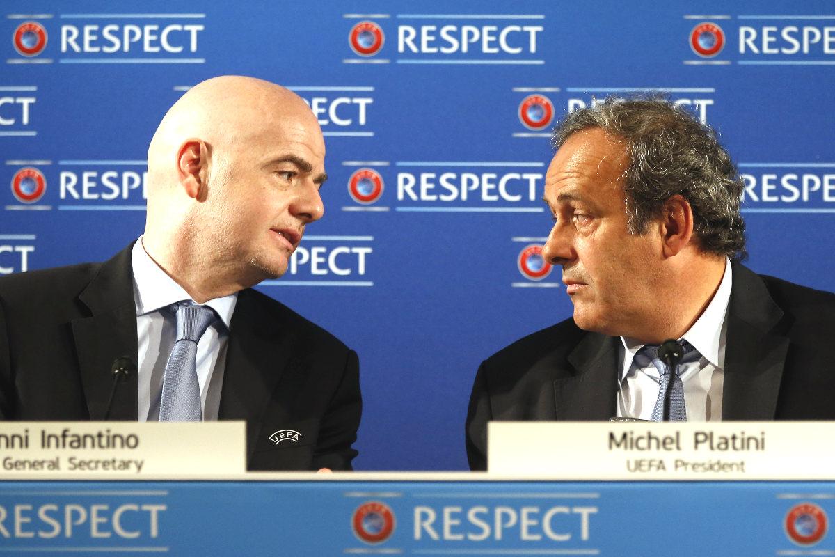 Michel Platini, junto a Gianni Infantino en una rueda de prensa. (AFP)