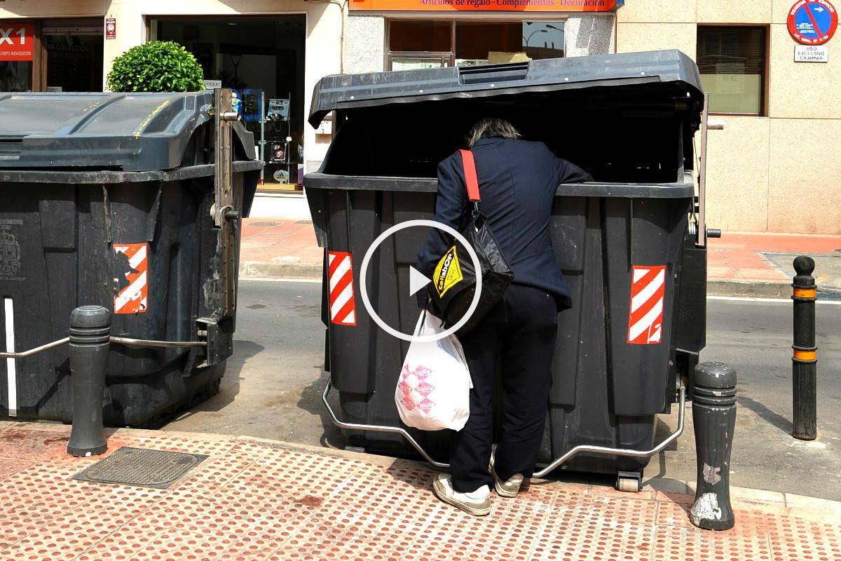 Un hombre busca comida en un contenedor de basura (Getty)