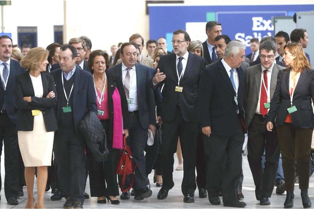 el presidente del Gobierno español, Mariano Rajoy, acompañado de dirigentes del PP. (Foto: EFE)