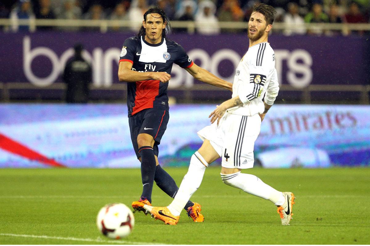 Cavani dispara a portería ante la presencia de Sergio Ramos en el último amistoso PSG-Real Madrid. (Getty)