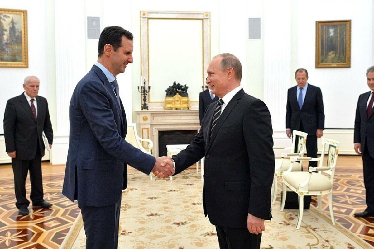 Assad y Putin se saludan en su encuentro en Moscú. (Foto: Getty)