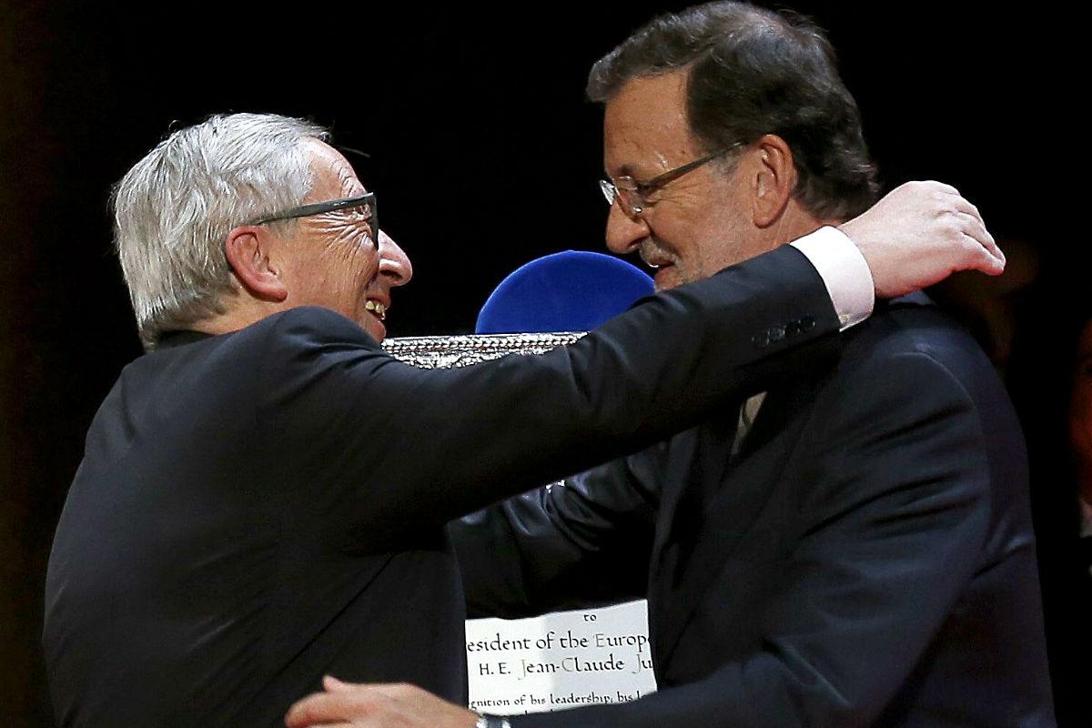 Rajoy y Junker se abrazan efusivamente. (Foto: EFE)