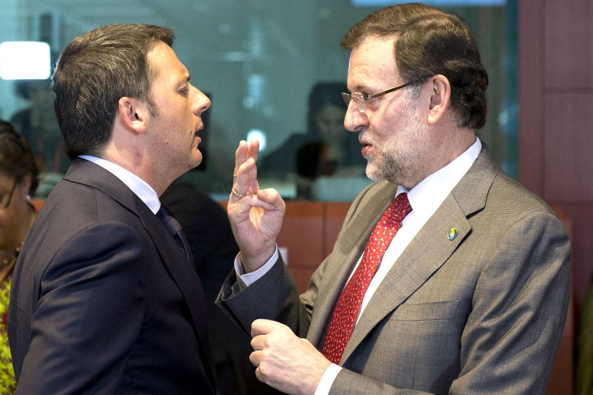 Mariano Rajoy dialoga con el primer ministro italiano, Matteo Renzi. (AFP)