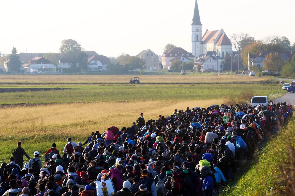 Soldados eslovenos controlan a refugiados procedentes de Croacia. (Foto: Getty)