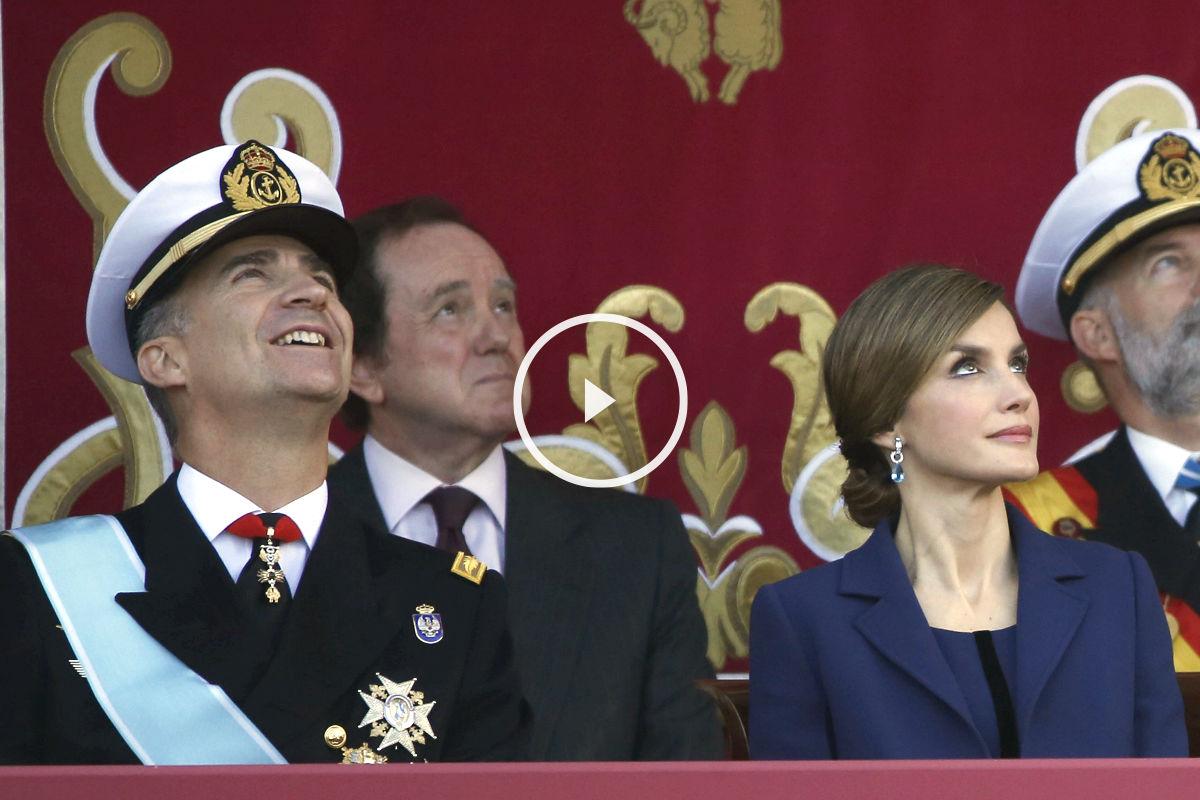 Los Reyes observan la exhibición aérea. (Foto: Efe)