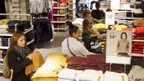 Varios clientes en una conocida tienda de ropa. (Foto: Getty)