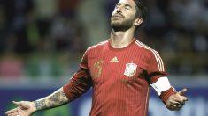 Sergio Ramos se lamenta en un partido con la selección española. (Getty)