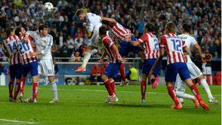 Sergio Ramos cabecea el gol de la final de Lisboa ante el Atlético. (Getty)