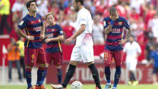 Neymar y Luis Suárez se lamentan tras encajar uno de los goles del Sevilla. (Getty)