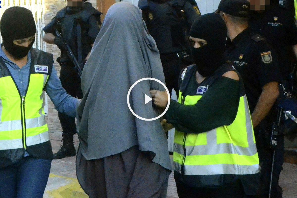 La joven detenida en un pueblo de Valencia es conducida por la policía. (Foto: Efe)