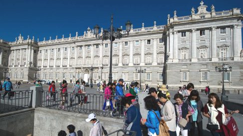 Turistas frente al Palacio Real de Madrid (Foto: GUETTY).
