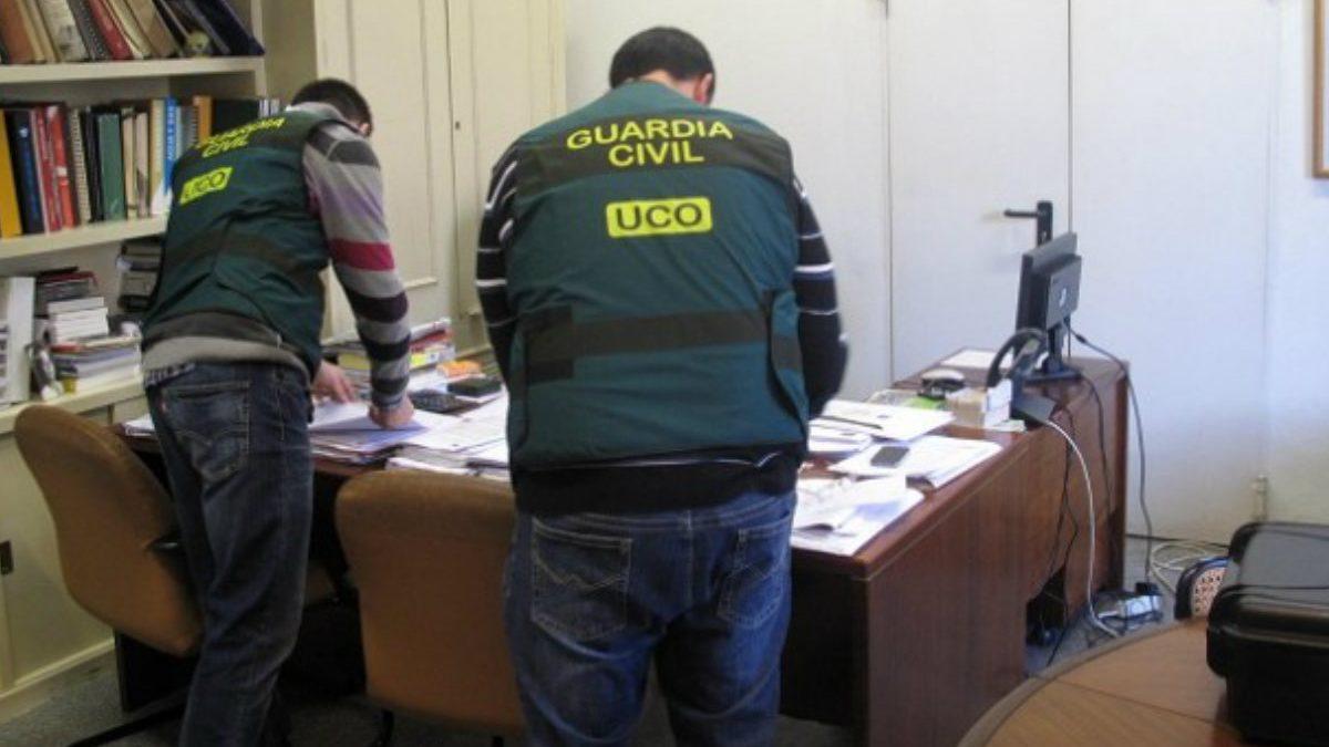 Agentes de la UCO durante una intervención.