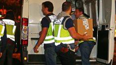 Agentes de policía cargan en un furgón documentación requisada. (Foto: Archivo EFE)