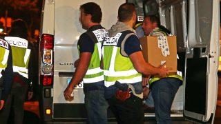 Agentes de policía cargan en un furgón documentación requisada durante los registros. (Foto: EFE)