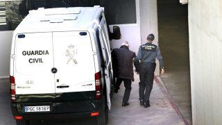 Andreu Viloca llegando detenido al juzgado (Foto: Efe)