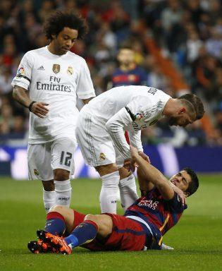 Primer choque entre Sergio Ramos y Luis Suárez (Reuters)