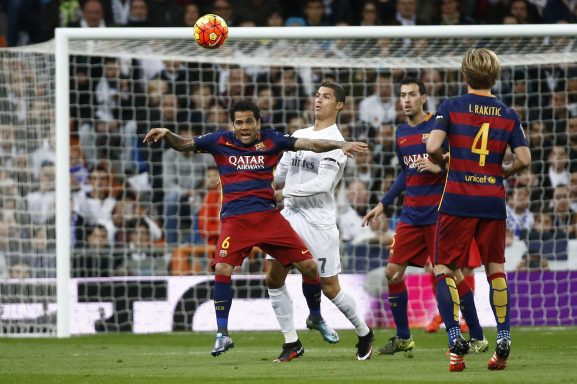 Cristiano Ronaldo, bien defendido (Reuters)