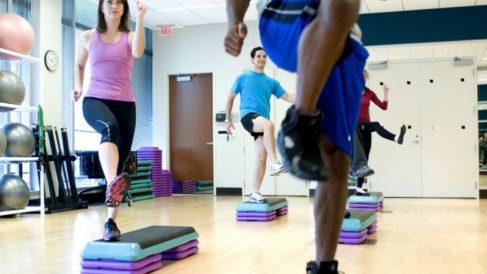 . Los steps son tanto al aparato para realizar gimnasia como al ejercicio en sí.
