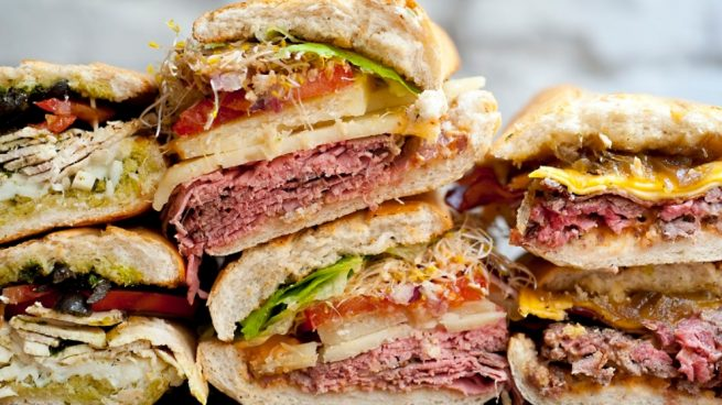 Sándwich de redondo de ternera con mostaza, brotes de alfalfa y rábanos