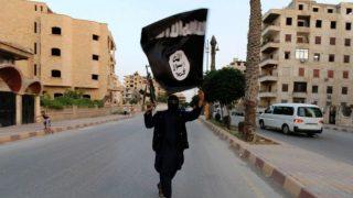 Un terrorista del autodenominado Estado Islámico, por las calles de Raqqa.
