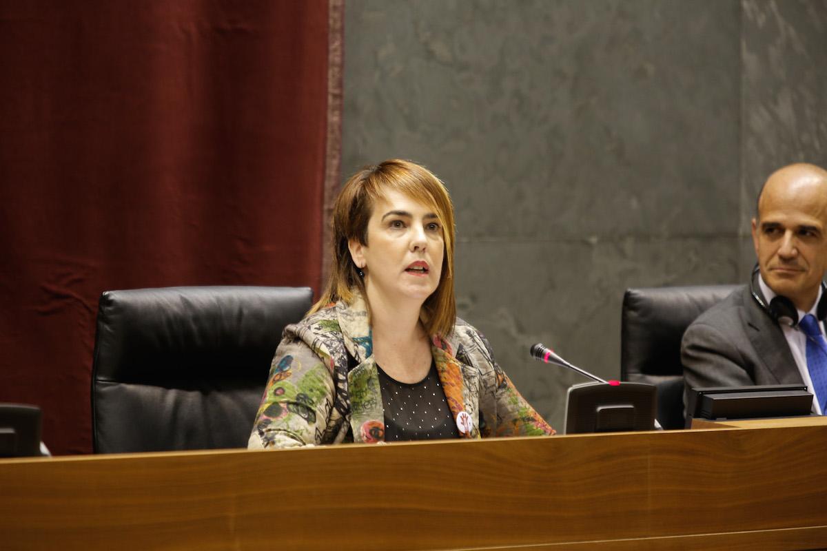 Ainhoa Aznárez presidiendo una sesión en el Parlamento de Navarra