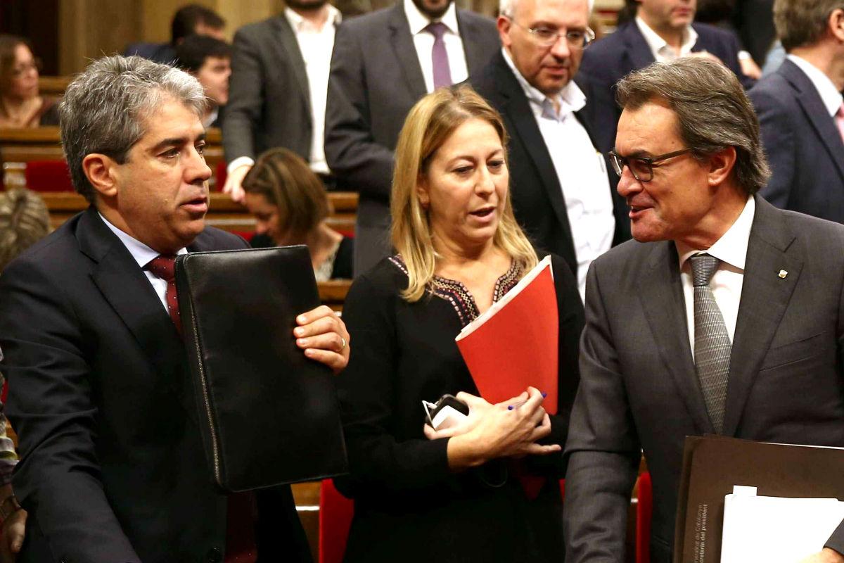 Artur Mas charla con la vicepresidenta Neus Munté y con el conseller Francesc Homs en el Parlament (Foto: Efe)