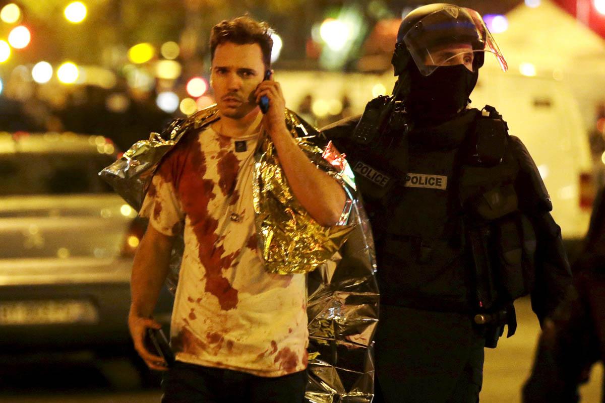 Una víctima de los atentados de París hablando por el teléfono móvil. (Foto: AFP)
