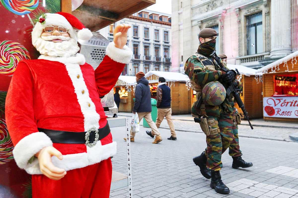 Policías y militares belgas siguen asegurando la seguridad en Bruselas (Foto: Reuters)
